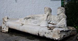 κάλυμμα μαρμάρινης σαρκοφάγου της Ρωμαϊκής εποχής (3ος/ 4ος αι. μ.Χ.)